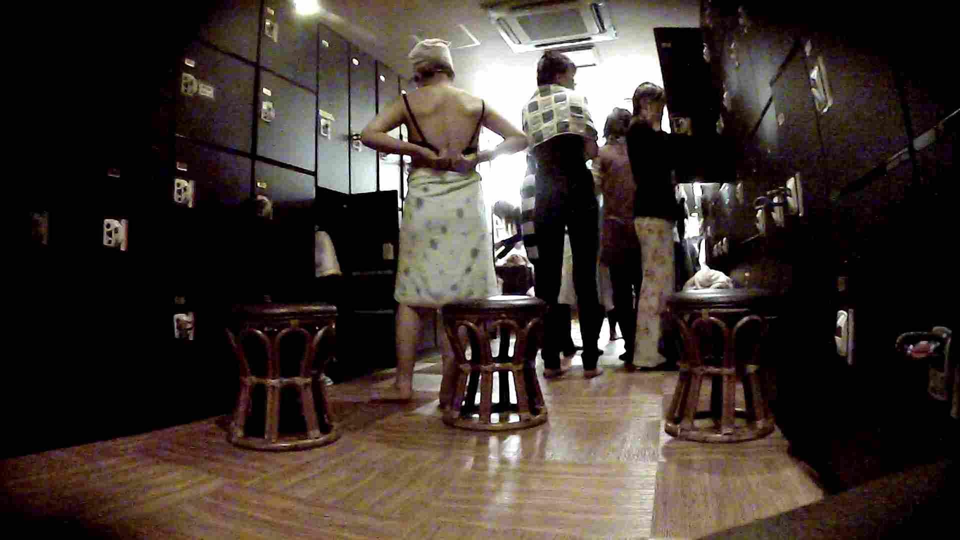 脱衣所!オムニバス 大混雑!注目はあの人の御御足でしょう。 ギャル   女湯  94画像 3