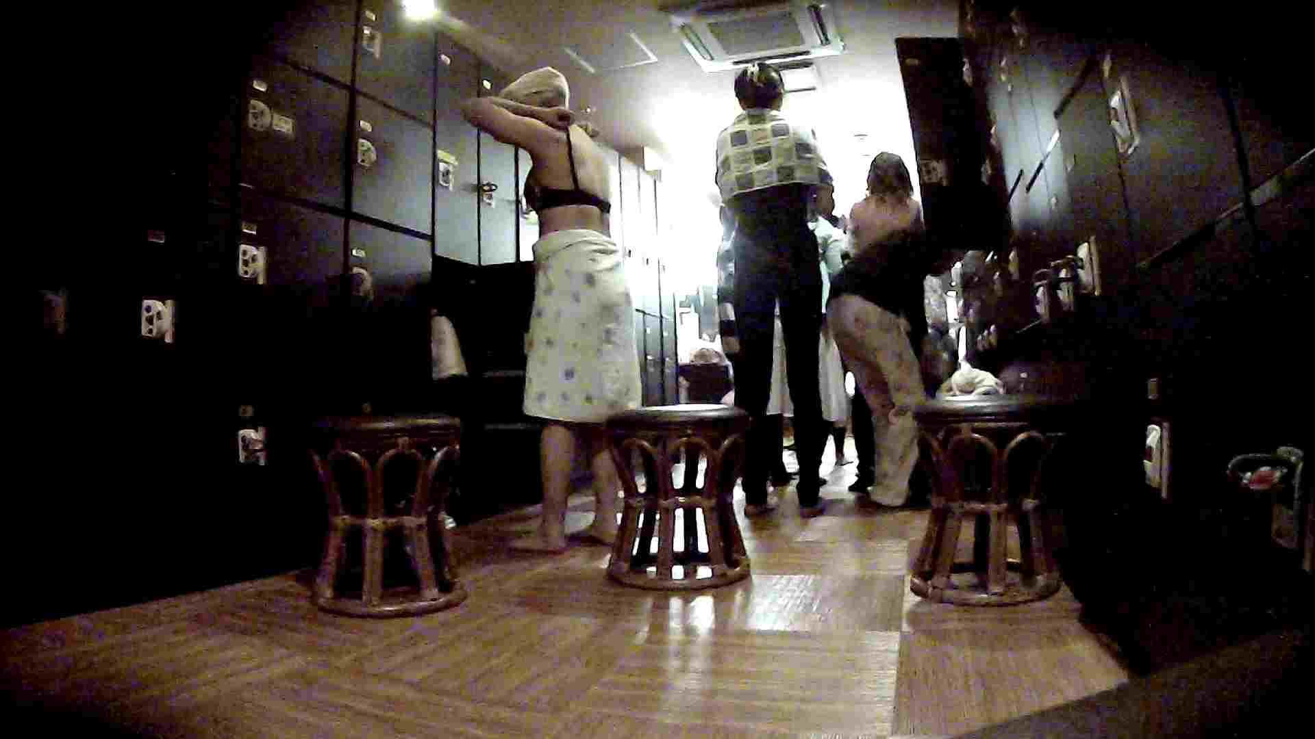 脱衣所!オムニバス 大混雑!注目はあの人の御御足でしょう。 ギャル   女湯  94画像 4