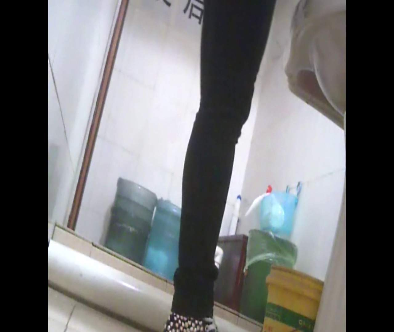 Vol.05 ズボンをはく時の左足! 洗面所   丸見えマンコ  111画像 95
